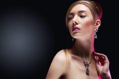 Modelo de moda que presenta en joyería exclusiva Imagenes de archivo