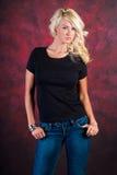 Modelo de moda rubio atractivo de la muchacha en tejanos Foto de archivo