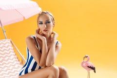 Modelo de moda rubio con el peinado fresco y maquillaje que mira el straigt Fotos de archivo