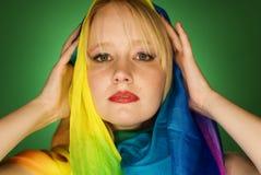 Modelo de moda rubio de la mujer con la bufanda colorida Imagen de archivo
