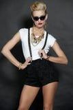 Modelo de moda rubio elegante en negro Imagen de archivo libre de regalías