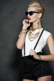 Modelo de moda rubio elegante en negro Imagen de archivo
