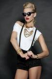 Modelo de moda rubio elegante en negro Fotografía de archivo