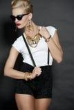 Modelo de moda rubio elegante en negro Fotos de archivo libres de regalías