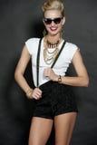 Modelo de moda rubio elegante feliz en negro Fotos de archivo