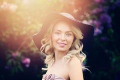 Modelo de moda rubio hermoso de la mujer Outdoors imagen de archivo