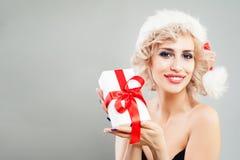 Modelo de moda rubio de la mujer que sostiene el regalo de la Navidad Foto de archivo libre de regalías