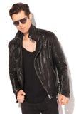 Modelo de moda serio en la chaqueta de cuero y gafas de sol fotografía de archivo libre de regalías