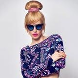 Modelo de moda Sexy Blond Girl, gafas de sol del encanto Foto de archivo libre de regalías