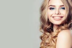 Modelo de moda sonriente de la mujer con el pelo rizado rubio Imagenes de archivo