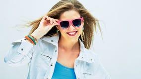 Modelo de moda sonriente en estilo enrrollado Fotos de archivo