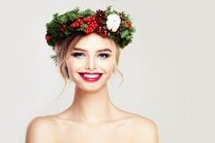 Modelo de moda sonriente hermoso de la mujer Fotografía de archivo