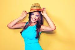 Modelo de moda sonriente que presenta contra fondo amarillo Foto de archivo libre de regalías