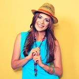 Modelo de moda sonriente que presenta contra fondo amarillo Imagen de archivo libre de regalías