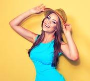 Modelo de moda sonriente que presenta contra fondo amarillo Imágenes de archivo libres de regalías