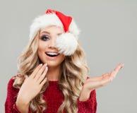 Modelo de moda sorprendido de la mujer de la Navidad Imágenes de archivo libres de regalías
