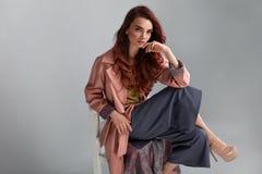 Modelo de moda Style Mujer de moda que presenta en estudio Fotos de archivo libres de regalías