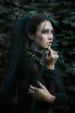 Modelo de moda vestido en estilo gótico vamp Foto de archivo libre de regalías