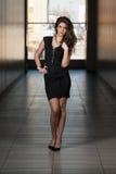 Modelo de moda Wearing Black Dress Fotos de archivo libres de regalías