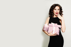 Modelo de moda Woman con la caja de regalo muchacha sorprendida feliz Venta Co Imagenes de archivo