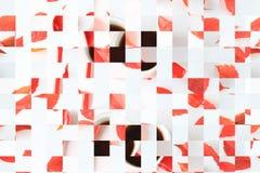 Modelo de mosaico geométrico blanco y rojo abstracto de la taza roja con café y hojas imagenes de archivo