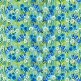 Modelo de mosaico inconsútil de las manzanillas, acianos, campanillas en la hierba stock de ilustración