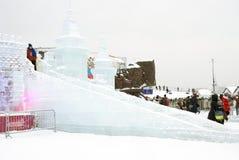 Modelo de Moscú el Kremlin hecho del hielo Funcionamiento de hielo Espera de la gente a resbalar abajo Imágenes de archivo libres de regalías