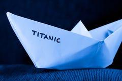 Modelo de nave de papel - titánico fotos de archivo