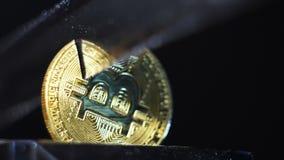 Modelo de oro Cut de Bitcoin del primer con el cuchillo afilado almacen de metraje de vídeo
