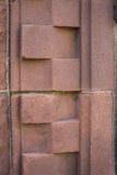 Modelo de piedra rojo geométrico en la entrada Foto de archivo
