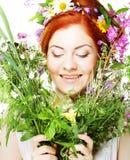 Modelo de Redhair com grande penteado e flores em seu cabelo e com flores do ramalhete Foto de Stock Royalty Free