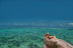 Modelo de relaxamento na rocha da lagoa. Parte superior & infinito.   Fotos de Stock Royalty Free