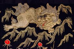 Modelo de seda japonés tradicional de Japón del kimono del vintage en decoros Imagen de archivo