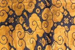 Modelo de seda japonés tradicional de Japón del kimono del vintage en decoros Fotos de archivo libres de regalías