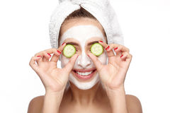Modelo de sorriso com máscara e pepino fotografia de stock royalty free