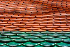Modelo de tejas rojas y verdes en un tejado Wat Phra Kaew Palace, también conocido como Emerald Buddha Temple Bangkok, Tailandia foto de archivo