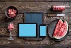 Modelo de um quadro com dispositivos de Digitas fotografia de stock royalty free