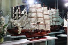 Modelo de um veleiro no interior fotos de stock royalty free