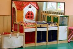 Modelo de una cocina miniatura para que niños jueguen en el classro imagen de archivo