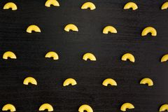 Modelo de una pila de cuernos de las pastas en fondo negro fotos de archivo libres de regalías