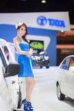 Modelo de Unknow en trabajo azul del vestido sobre la cabina de TATA en la trigésima expo internacional del motor de Tailandia el  Foto de archivo