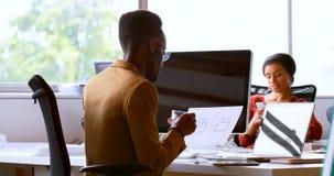 Modelo de verificação executivo masculino na mesa 4k vídeos de arquivo