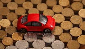 Modelo de Volkswagen Beetle encima de monedas Foto de archivo