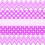 Modelo de zigzag púrpura, flores y pequeños corazones Foto de archivo libre de regalías