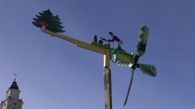 Modelo decorativo del molino de viento de la artesanía en la ciudad justa almacen de metraje de vídeo