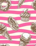 Modelo decorativo inconsútil con estilo dibujado de los conos de helado, de los molletes y de los anillos de espuma a disposición Foto de archivo libre de regalías