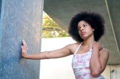 Modelo del afroamericano con mirada del Afro fotografía de archivo