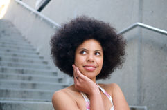Modelo del afroamericano con mirada del Afro Imagen de archivo libre de regalías
