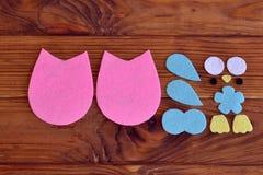 Modelo del búho del fieltro, adorno del búho del fieltro o tutorial del ornamento Cómo hacer un búho bonito del fieltro - DIY hac Imagenes de archivo