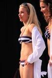 Modelo del Beachwear en la prolongación del andén Imágenes de archivo libres de regalías